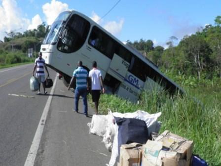 Itabuna: Ônibus de turismo cai em ribanceira na BR-101; ninguém ficou ferido