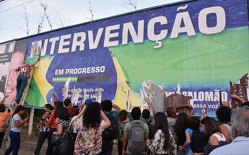 Outdoor de vereador que defende intervenção militar no Brasil é rasgado por estudantes em Conquista e político rebate: 'Criminosos'