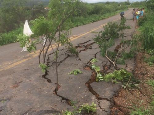 Asfalto cede e parte da BA - 142, trecho entre Tanhaçu/Ituaçu fica interditada