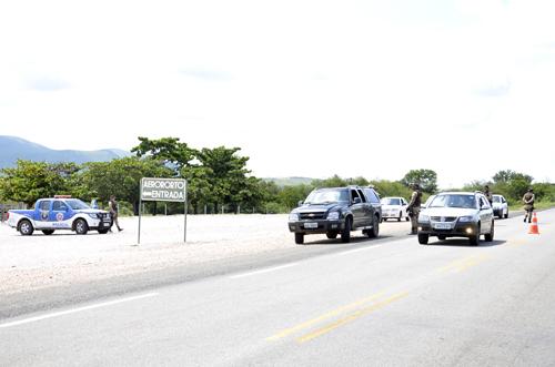 Polícia rodoviária realizou blitz na BR - 030, em frente ao aeroporto