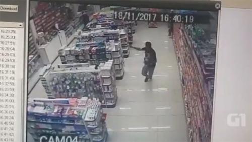Com filho no colo, PM de folga reage a assalto e mata ladrões em farmácia
