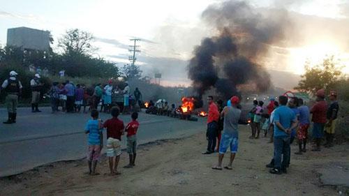 Devido a falta D´água populares fecham rodovia em Conquista