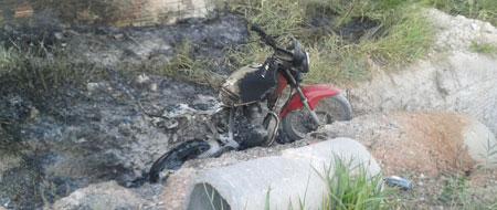 Depois escapar da morte homem tem moto queimada por bandidos no alto Alto México em Barra da Estiva