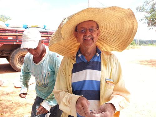 Pai de vereador brumadense aos 77 ainda trabalhando no comércio do Umbu é admirado por lavradores aracatuenses