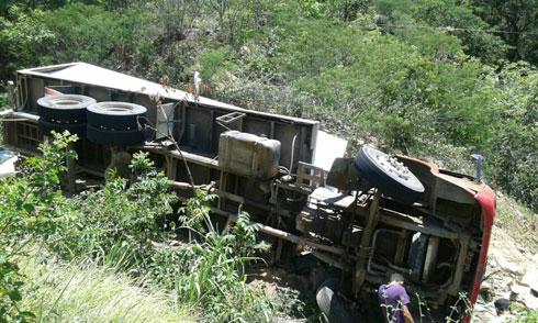 Caminhão com carga de frango para Cesta do Povo tomba na Serra das Almas