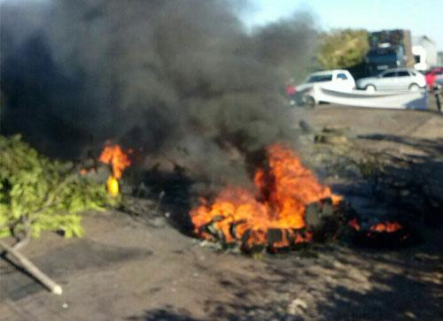 BR - 430 é bloqueada por manifestantes que reivindicam a recuperação da rodovia