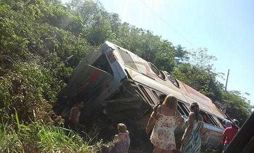 Ônibus com romeiros tomba na curva da condonga, entre Caetité e Brumado