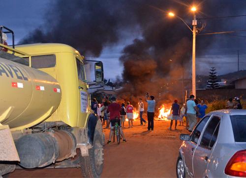 Moradores da Rua Israel Dias voltam a protestarem, desta vez para que o calçamento reinicie