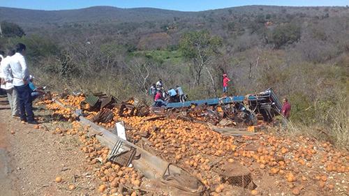 Caminhão carregado de frutas tomba na BR - 030, Trecho entre Brumado a Caetité