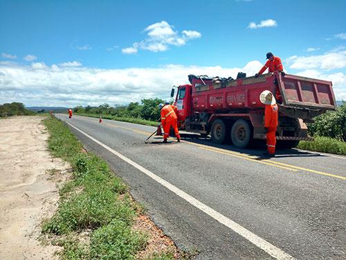 Trecho entre Sussuarana e Tanhaçu recebe operação tapa - buracos