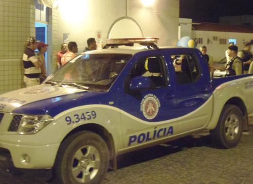 Jovem é recebido a tiros ao descer de ônibus no Bairro Malhada Branca