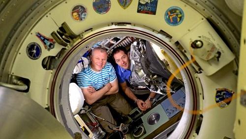 Astronautas chegam à Terra após 200 dias em estação espacial