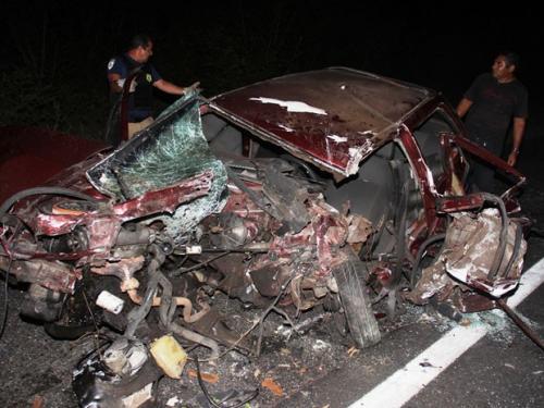 Acidente causa morte de vereador e jovem de 14 anos; carro fica destruído