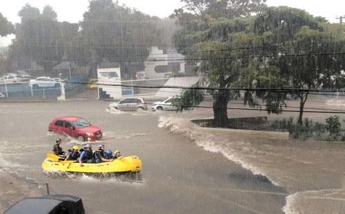 Forte chuva em Conquista alaga ruas e vira 'memes' nas redes sociais