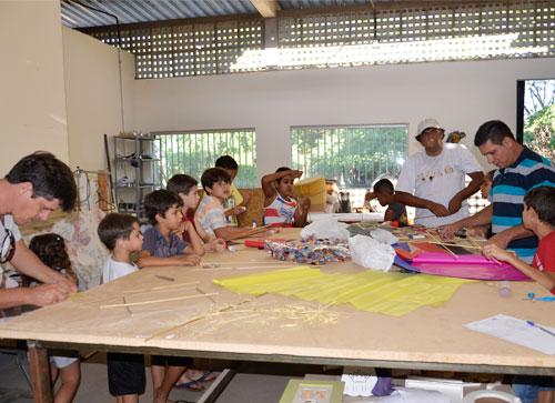 Dentro da programação da 'Semana do Bebê' foi realizada oficina de pipas na Viver Arte