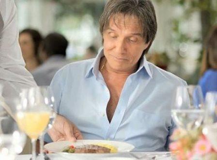 Friboi rompe contrato de R$ 45 milhões com cantor Roberto Carlos