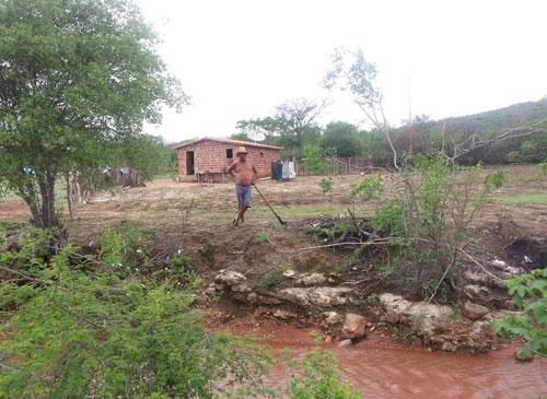 Chuva faz barragens transbordarem e plantações já brotam na zona rural do município