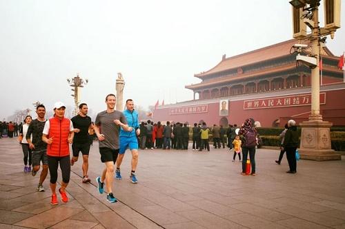 Mark Zuckerberg gera polêmica ao correr ao ar livre em Pequim